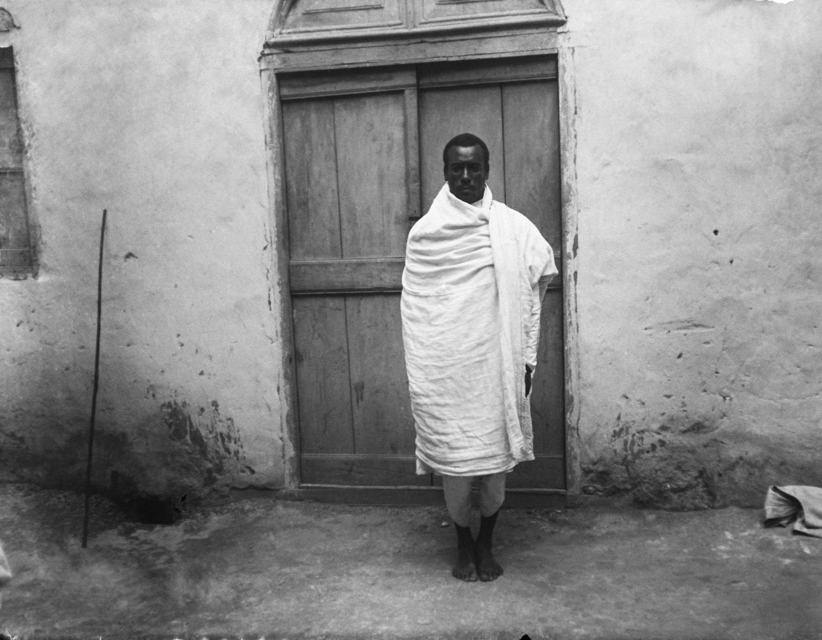 54. Харар. Обыкновенный способ носки шаммы - традиционной накидки
