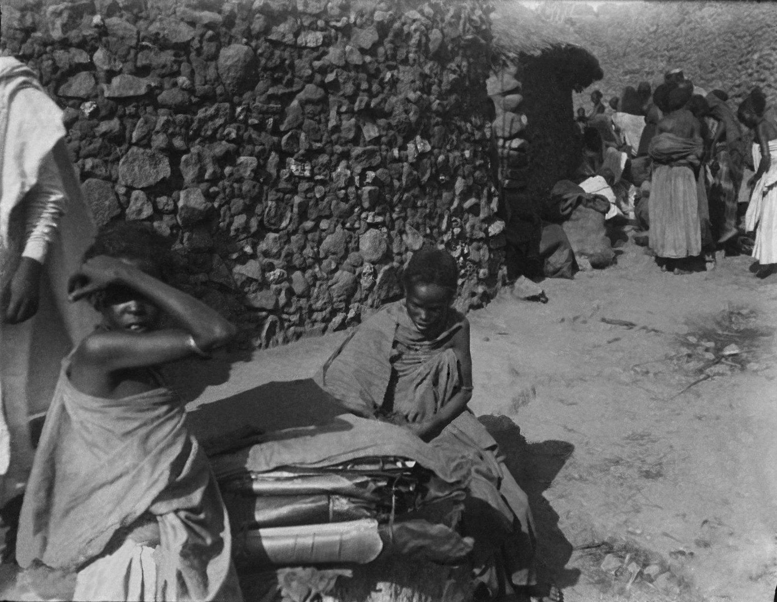 85. Девочка-хараритка, продающая на базаре