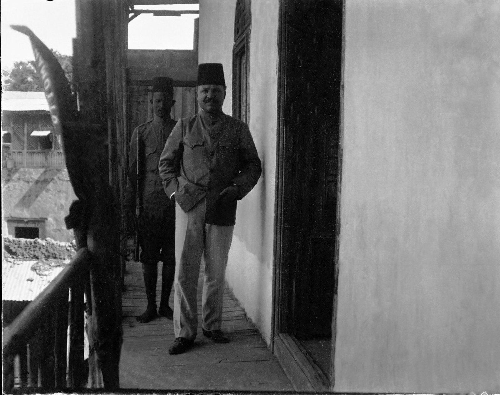 82. Турецкий консул с охраной на веранде консульства.