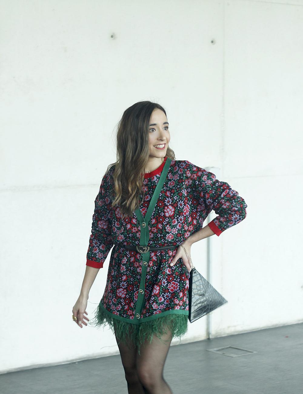 robe à fleurs et plumes tenue de mode madrilène 20198