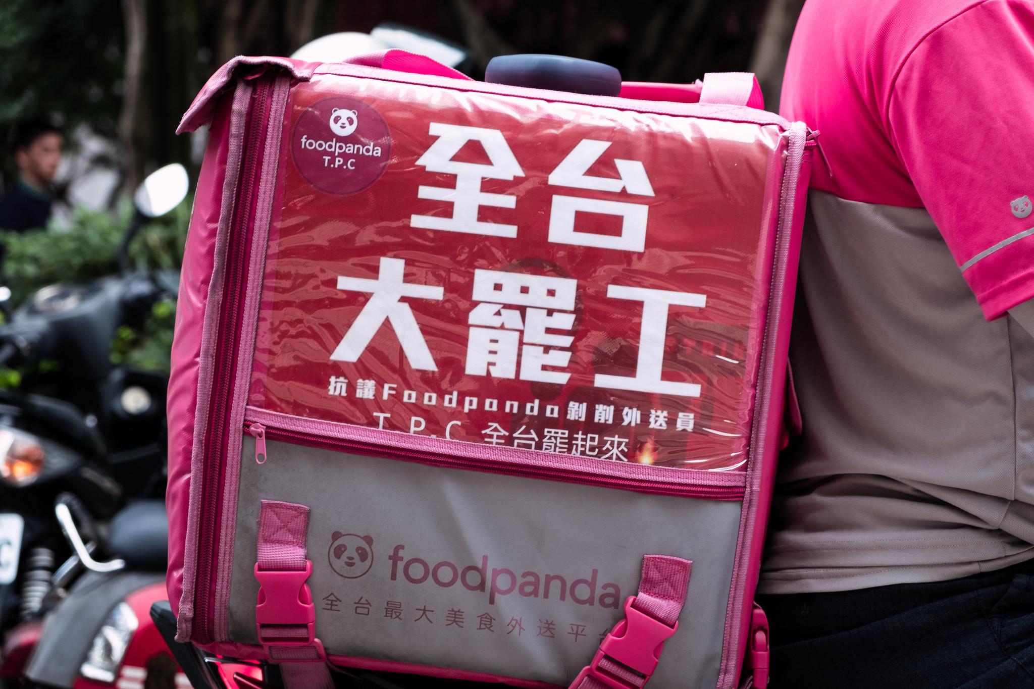今日參與行動的外送員們也呼籲所有外送員準備「全台大罷工」。(攝影:唐佐欣)