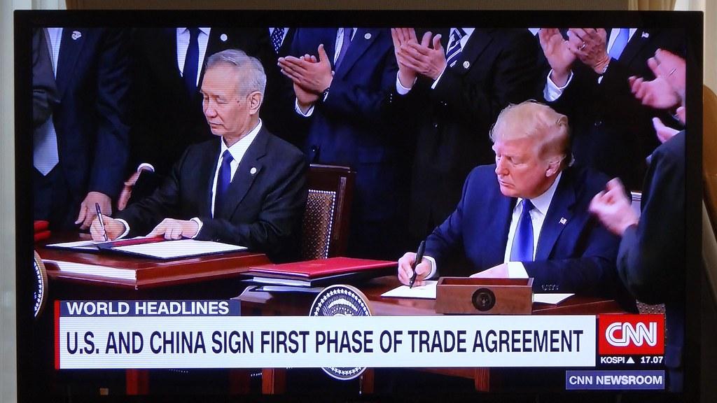 トランプ大統領と劉副首相の署名を報じるCNN(撮影:筆者)