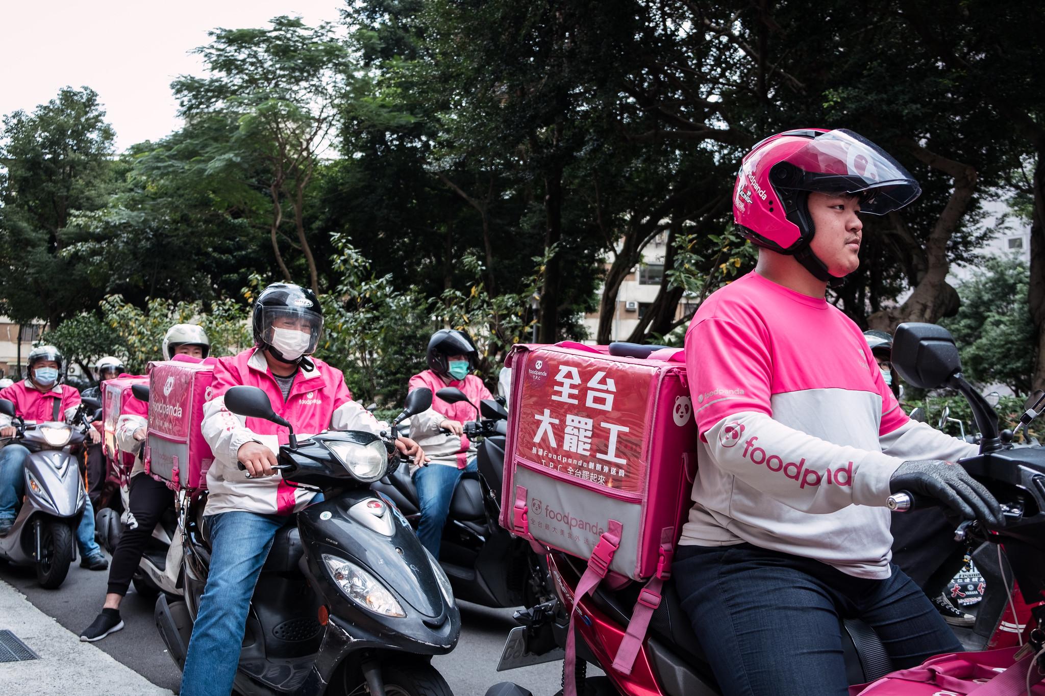 發起行動的外送員以機車繞行空腹熊貓公司總部,抗議公司片面減薪。(攝影:唐佐欣)
