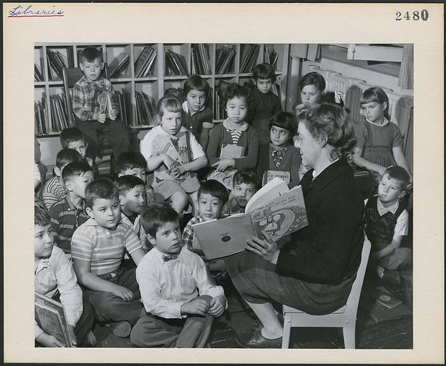 Ms. Jean McNiven, librarian, reading to a group of Grade Two pupils / Mme Jean McNiven, bibliothécaire, faisant la lecture à un groupe d'élèves de deuxième année