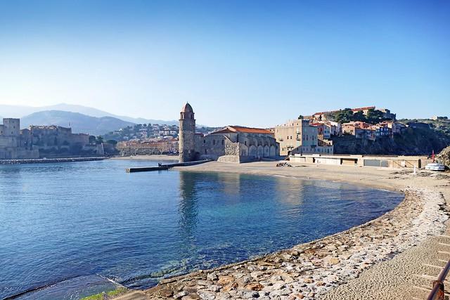 France, la plage derrière l'église de Collioure