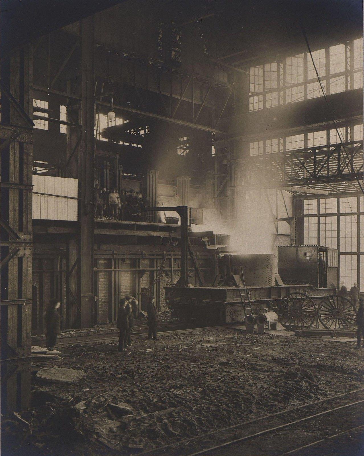 Мартеновская мастерская. 40-тонная печь и ковш с электрической передвижной тележкой