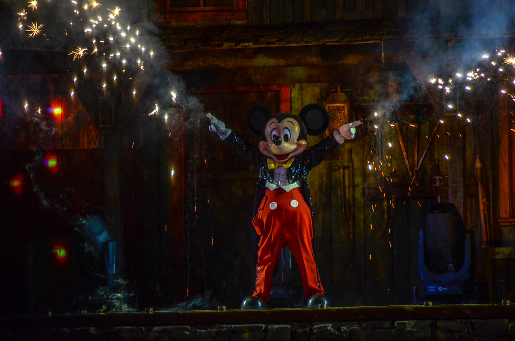 Mickey sparks Fantasmic! DL