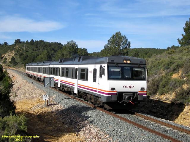 Tren de media distancia de Renfe (Regional Madrid-Valencia) a su paso por SIETE AGUAS (Valencia)