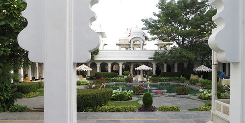 ajouter des tags city palace citypalace lake hotel taj tajlakepalacehotel lakepalace lakehotel lakepalacehotel udaipur rajasthan india inde indien architecture pichola fortress incredibleindia architectuur architektur five star luxury marble garden room view palais chateau schloss paleis kasteel tourism amazing places visit majestic monsoon flowers basin fountain sculptures birds