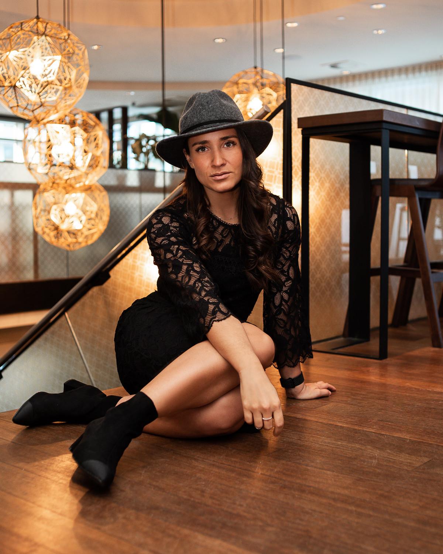 camille dg robe noire dentelle chapeau feutre