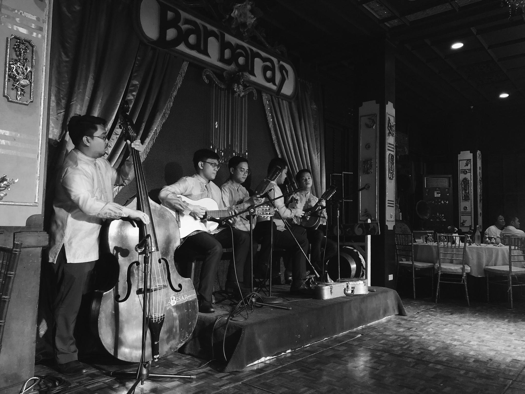 Thưởng thức ẩm thực và ca múa nhạc dân gian Philippines ở nhà hàng Barbara's, Intramuros
