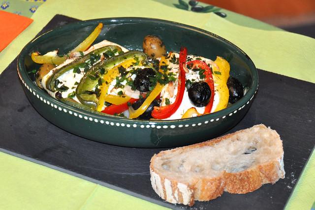 Februar 2020 ... Überbackener Schafs- und Ziegenkäse mit Gemüse, Oliven und Baguette ... Brigitte Stolle