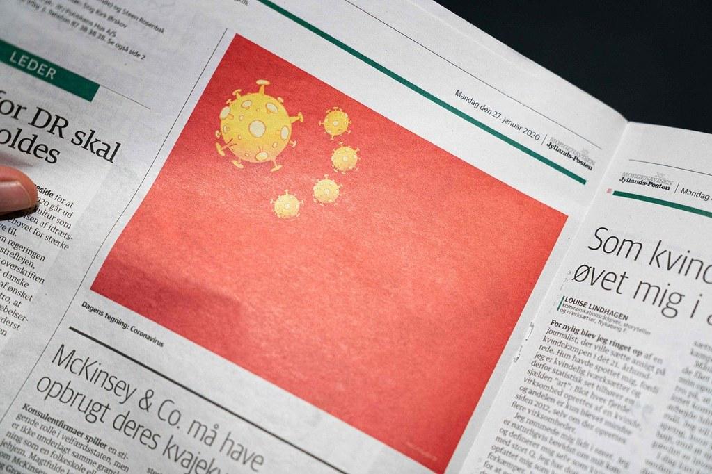 丹麥《日德蘭郵報》(Jyllands-Posten)以「五星病毒旗」諷刺中國製造病毒危害。(圖片來源:法新社)