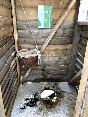 """A felvonó tetején """"komposzt"""" WC vár"""