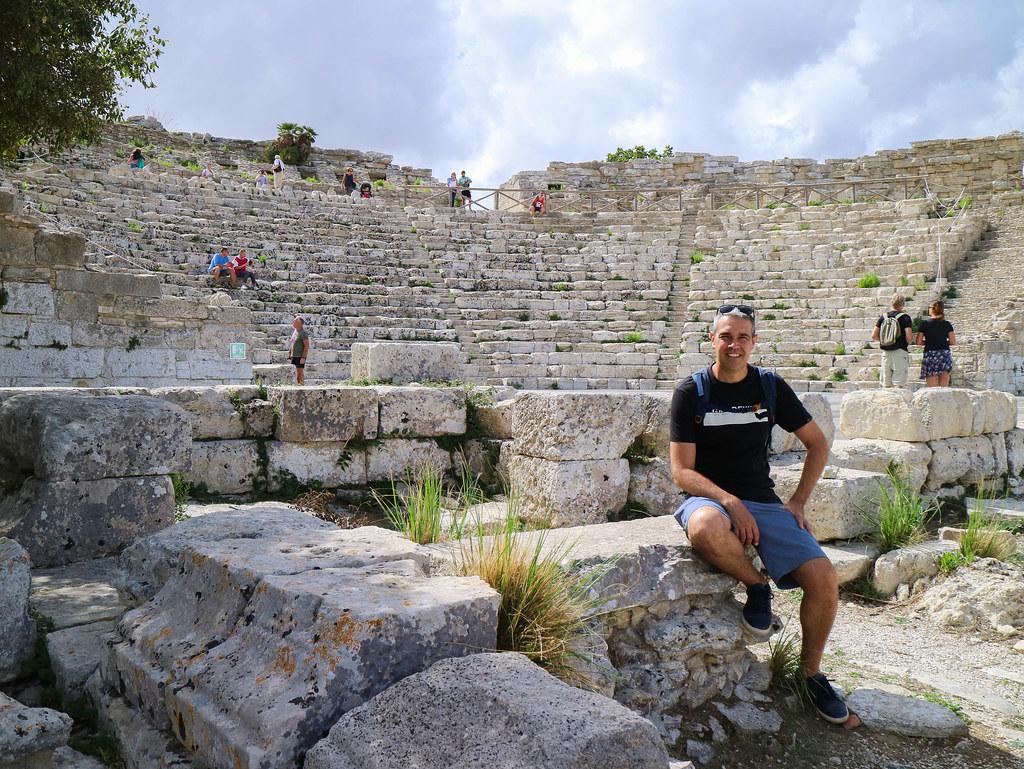 Teatro griego construido sobre el Monte Barbaro