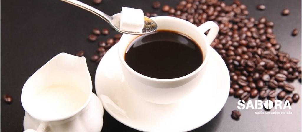 Botando azucre e leite a un café