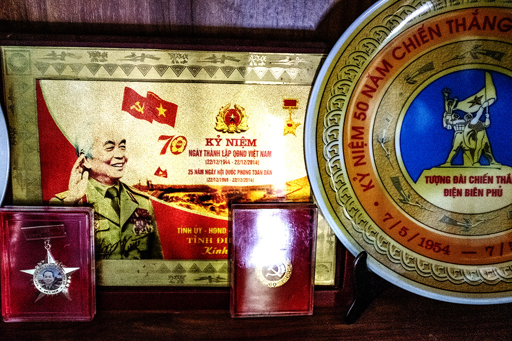 Commemorative plaque and plate at Ly Quang Vy's house--Thanh Luong