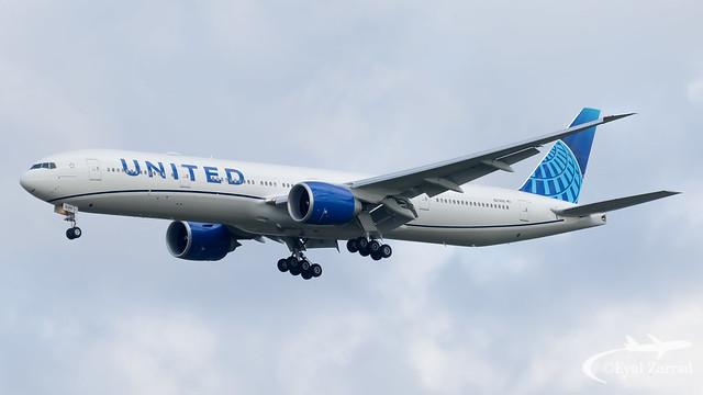 TLV - United Boeing 777-300 N2749U