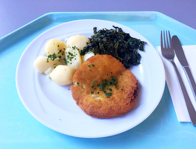 Cauliflower cheese patty with spinach & potatoes / Blumenkohl-Käsemedaillion mit Spinat & Salzkartoffeln