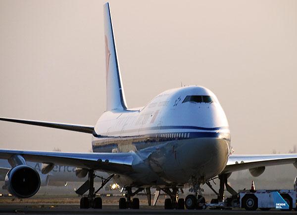 Air China B747-400 tractado SCL (RD)