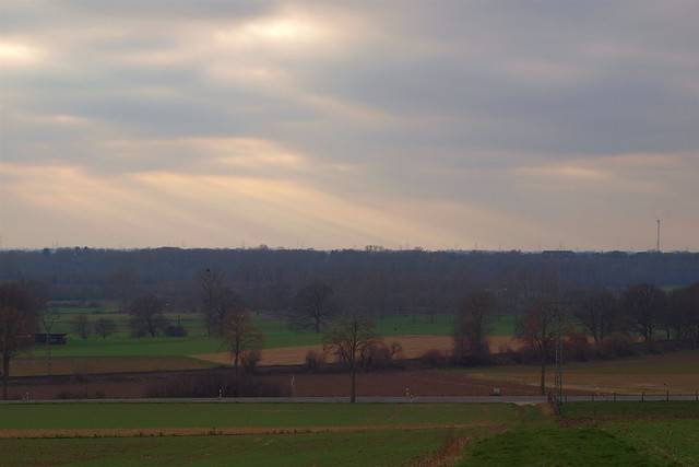 Lichtstrahlen kämpfen sich durch die Wolken