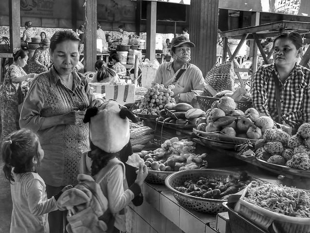 Fruits et légumes , marché de Praèk Leap, Cambodge, août 2019. Fruits and vegetables, Praek Leap market, Cambodia, August 2019.