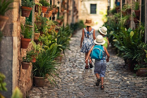 Lonely Planet's Family Travel Handbook: Expert Tips for Multigenerational Trips