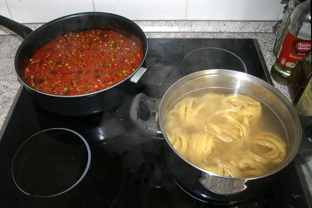 01 - Sauce & Nudeln kochen / Cook sauce & pasta