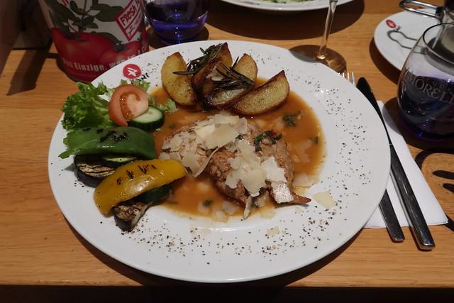 Saltimbocca Romana (= Kalbschnitzel mit Salbei und Parmaschinken, Grana Padano, Pinienkernen, Grillgemüse und Rosmarinkartoffeln)