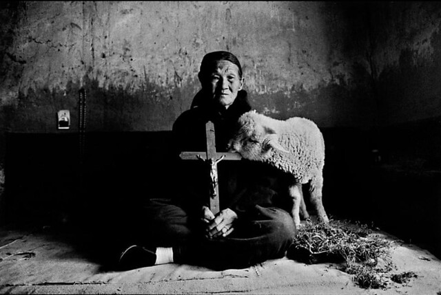 Lu-Nan -A woman with lamb, holding a cross in Shaanxi 1992