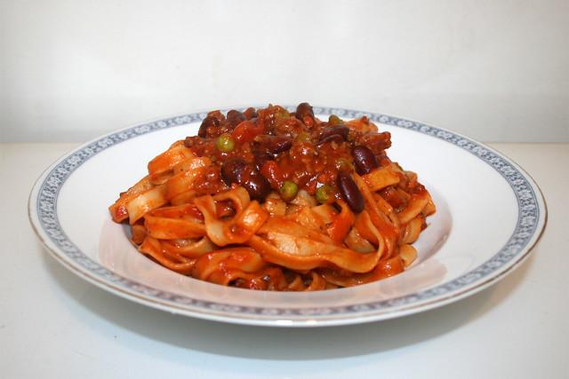 04 - Tagliatelle with mincemeat tomato sauce - Side view / Tagliatelle mit Hackfleisch-Tomatensauce - Seitenansicht