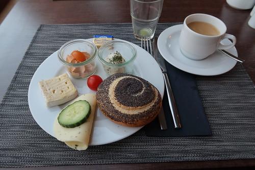 Mohnbrötchen und Käse zum Kaffee