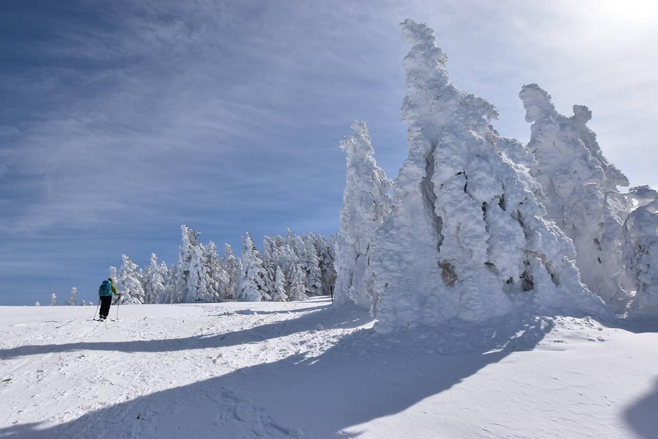 登山者の前に立ちはだかる巨大な樹氷・スノーモンスター
