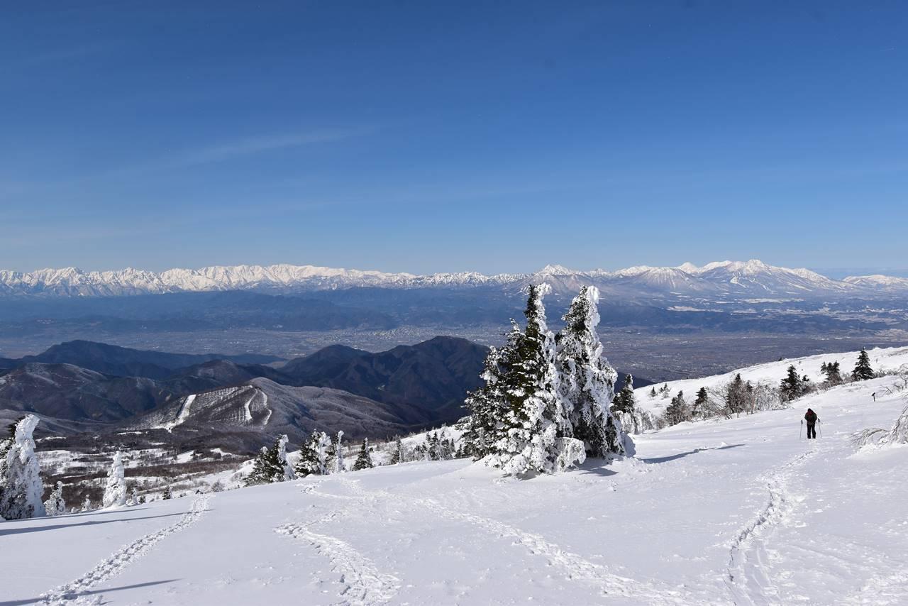 根子岳から眺める北アルプスと北信五岳