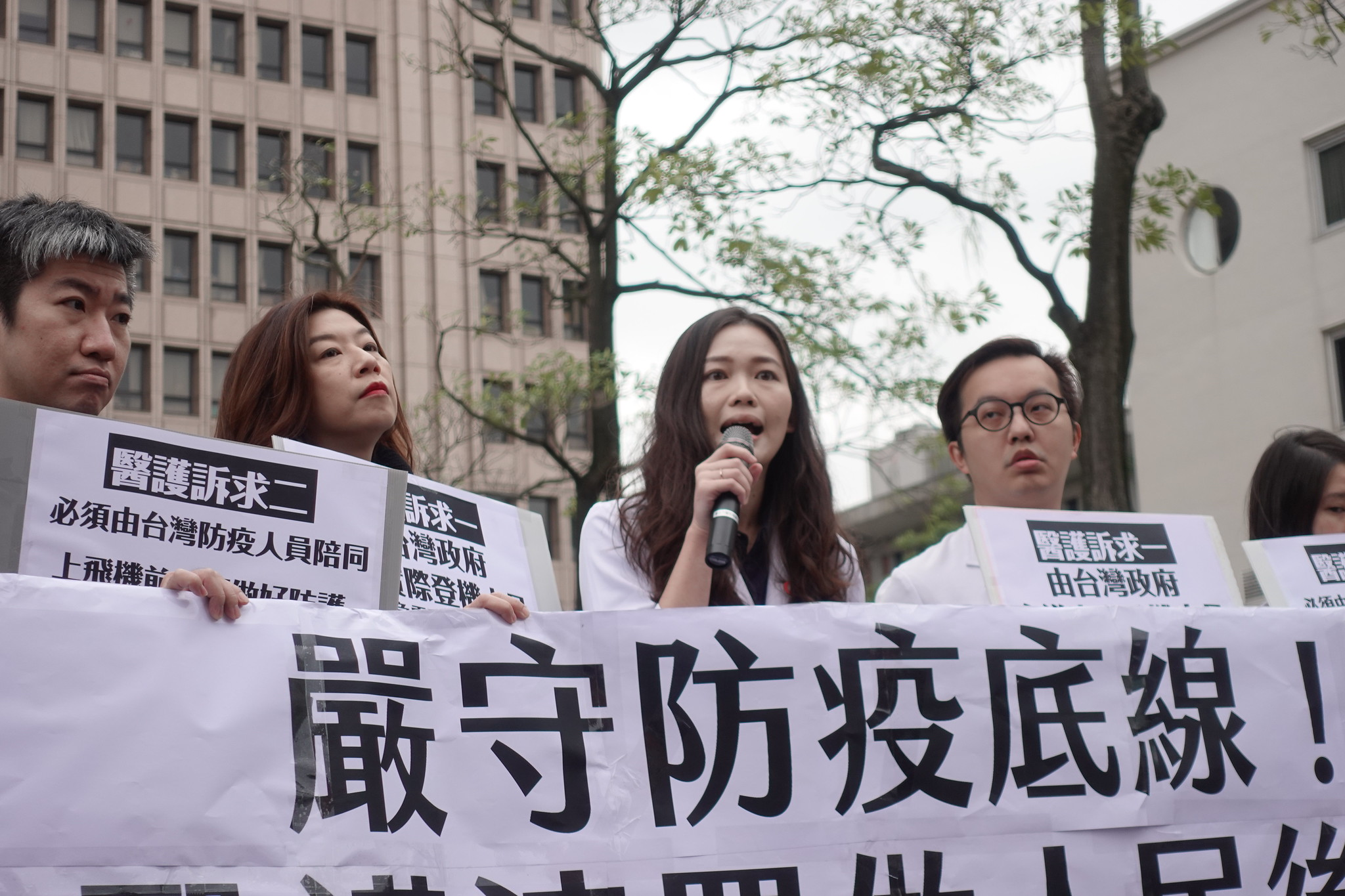 醫師吳欣岱發起反對無限制返台包機連署,獲得11萬名醫護人員響應。(攝影:張智琦)