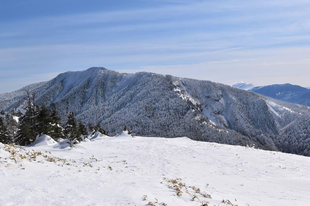 根子岳山頂から眺める四阿山と浅間山