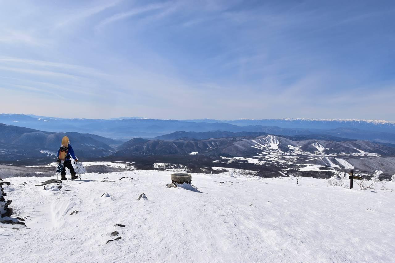 根子岳 バックカントリーするスノーボーダー
