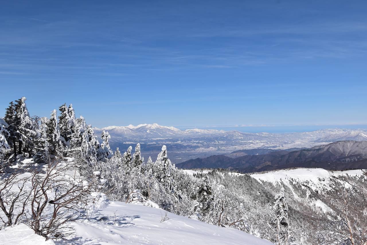 根子岳山頂から眺める妙高山・火打山と日本海