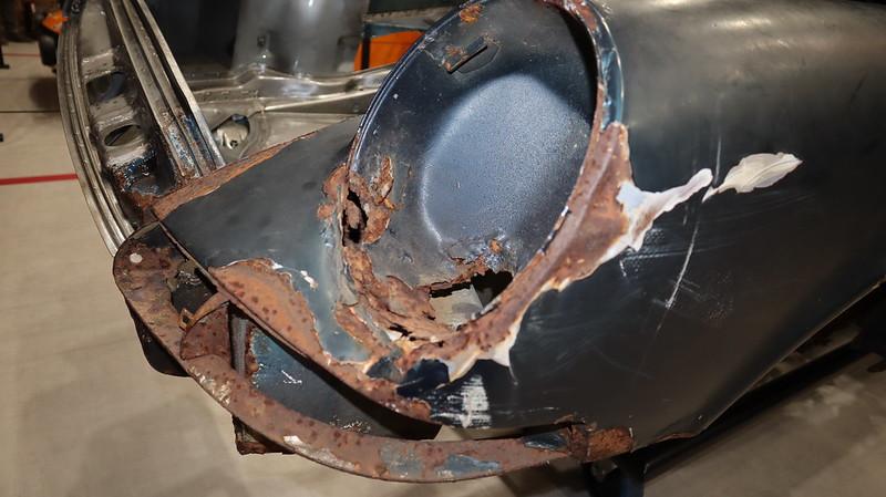 Porsche 911 caisse en restauration par les ateliers du centr 49504980377_4e0b3833e4_c