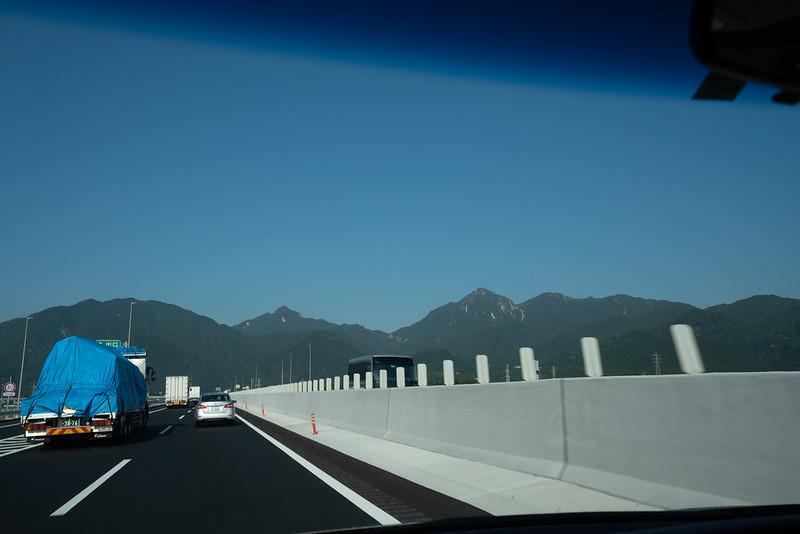 名神高速道路から見る御在所岳