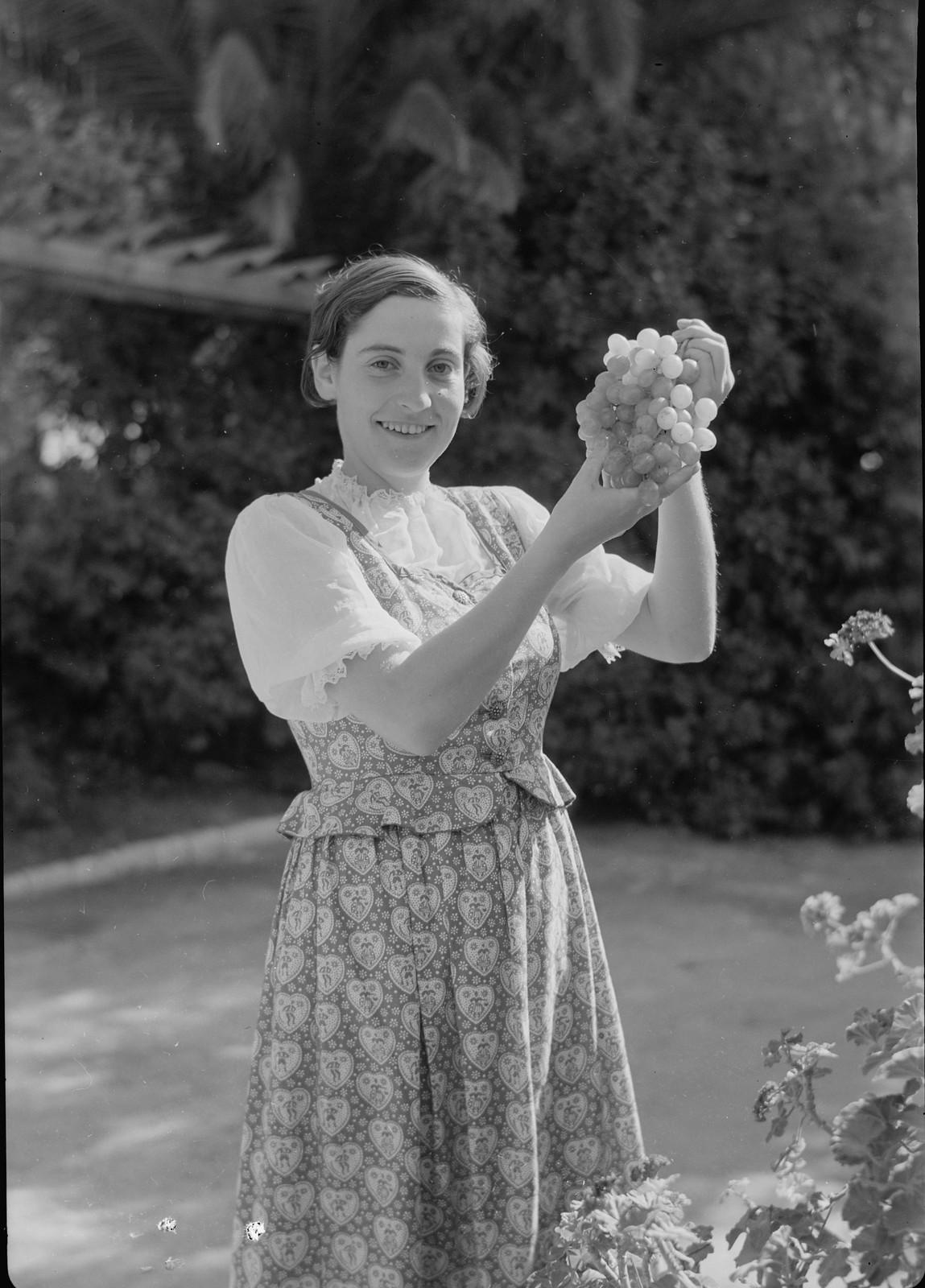 Немецкая девушка-иммигрантка из культурной семьи (г-жа Леви)