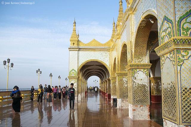 Ylhäällä Mandalay Hillin temppelin näköalatasanteella