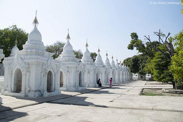 Muita matkailijoita Kuthodaw-pagodilla ottamassa valokuvia