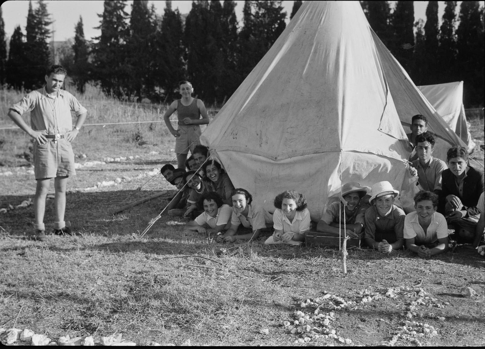 15. Рабочие у палатки