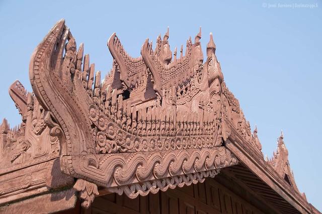 Kultaisen palatsin rakennukset on koristeltu puukaiverruksilla