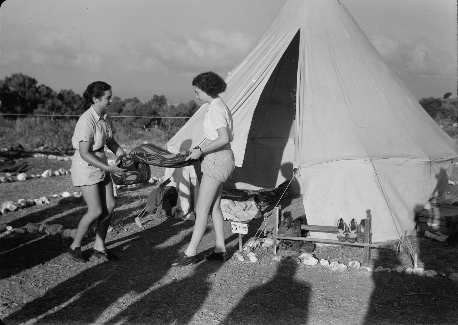 16. У палатки