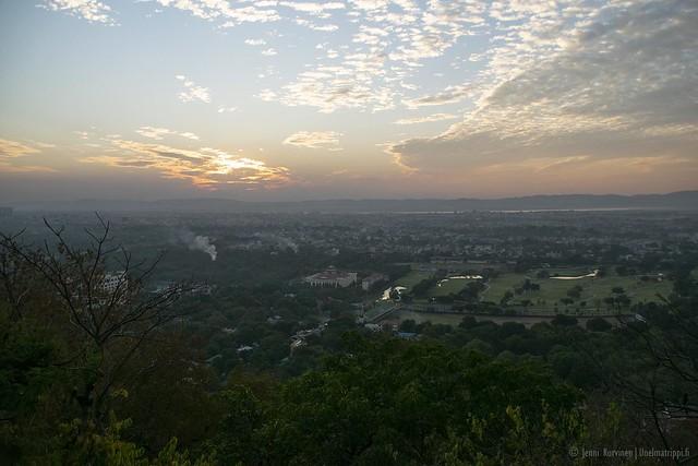 Auringonlasku Mandalay Hillillä