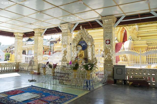 Valkoisten yksinkertaisten pagodien lisäksi Kuthodaw-pagodilla on bling blingiä
