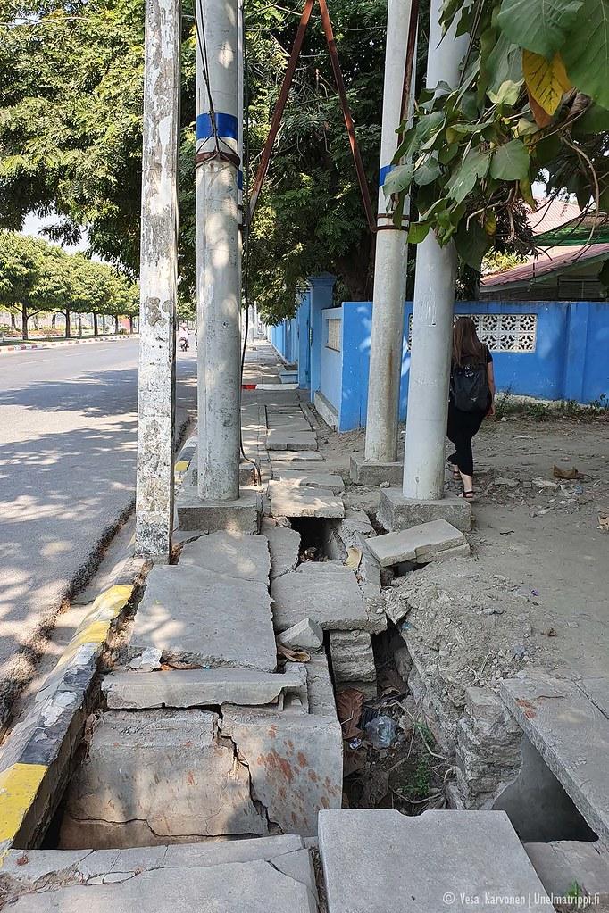 Mandalayn jalkakäytävät ovat usein rikkinäisiä, jos niitä edes on
