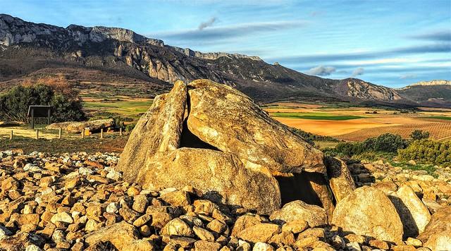 Vista del dolmen del Alto de la Huesera hacia el Este.
